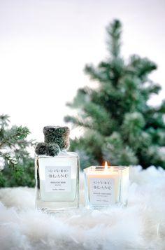 GIVRE BLANC porte la promesse d'une belle journée d'hiver comme un éclat de givre dessiné au carreau de la fenêtre. Ici, l'épice et le bois  se marient sur un lit floral poudré.  Habillée d'une écharpe de fourrure, cette collection joue les belles des neiges chics et sensuelles.  #amelieetmelanie #nouveauté #blanc #lothantique Xmas, Christmas, Place Card Holders, Recherche Google, Fragrances, Comme, Products, Collection, Snow And Ice
