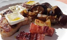Lombinhos com Brie e beringelas Brie, French Toast, Breakfast, Food, Eggplants, Morning Coffee, Essen, Meals, Yemek