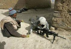 Essa foto mostra um soldado americano, que estava invadindo o Afeganistão, sendo recebido por um dos moradores locais com uma gentileza.