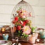 Vogelkooi met bloemen