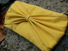 Bow Clutch tutorial -I confess, zippers scare me, but she makes it look soooo easy!