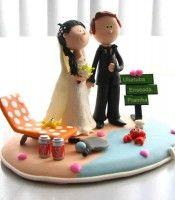 Topo de bolo de casamento feito em biscuit, personalizado para um casal que adora praia