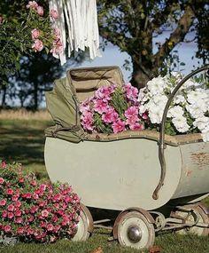 Garden design, attempt this stunning pin idea reference 9594336076 here. Rectangle Garden Design, Small Garden Design, Beautiful Space, Beautiful Flowers, Climbing Flowers, Outdoor Fairy Lights, Garden Deco, Pink Garden, 10th Birthday