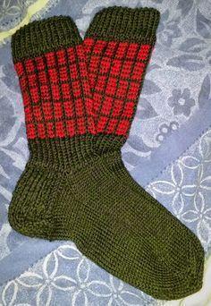 29-vuotias neuloosiin hurahtanut nainen bloggaa lankakasan keskeltä. Pääosassa erilaiset käsityöt, langat, puikot. Knitting Socks, Knit Socks, Colorful Socks, Knitting Projects, Mittens, Knit Crochet, Crocheting, Fashion, Tricot