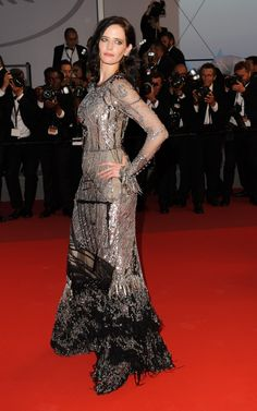Cannes Uma Thurman closes the film festival in fringed Versace gown Tm Lewin, Versace Gown, Cannes 2017, Uma Thurman, Nice Dresses, Formal Dresses, Eva Green, Spring Fashion Trends, Cannes Film Festival