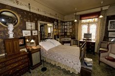 Victorian bedroom interior at Linley Sambourne's House in Chelsea William Morris Wallpaper, Morris Wallpapers, 1920s Bedroom, Victorian Bedroom, Interior Architecture, Interior Design, Victorian Pictures, Old Houses, Vintage Decor