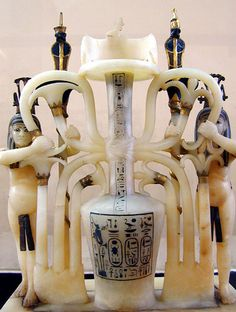 """Vase à parfum symbolisant l'union des deux terres ou """"sema-taouy"""" (albâtre)  La tombe de Toutankhamon (1340-1331 AV. J.C.)"""