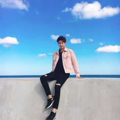 Men can wear pink. Korean Fashion Men, Korean Street Fashion, Korean Men, Korean Style, Fashion Poses, Boy Fashion, Mens Fashion, Kpop Outfits, Korean Outfits