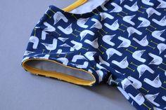 Neckline with internal sacking- Halsausschnitt mit innenliegender Versäuberung Neckline with internal sacking - Sewing Toys, Baby Sewing, Sewing Clothes, Diy Clothes, Sewing Basics, Sewing Hacks, Sewing Tutorials, Sewing Patterns, Sewing For Kids