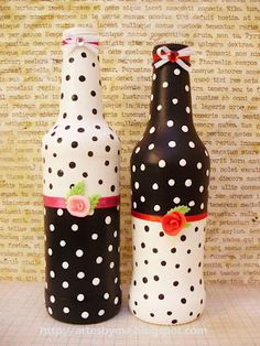Polka dot bottles :D Painted Glass Bottles, Glass Bottle Crafts, Wine Bottle Art, Painted Jars, Diy Bottle, Altered Bottles, Bottle Painting, Mason Jar Crafts, Diy And Crafts