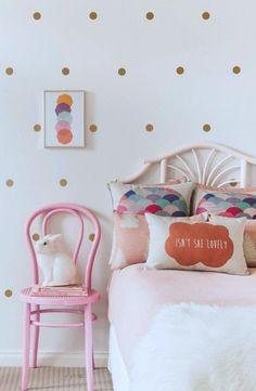 jugendzimmer mädchen bett tapete punktmuster rosa stuhl