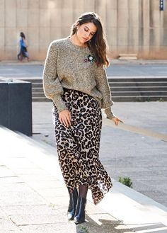 Maxi skirt with leo pattern – Top Trends Printed Skirt Outfit, Maxi Skirt Outfits, Curvy Fashion, Plus Size Fashion, Fashion Models, Look Plus Size, Curvy Plus Size, Leopard Maxi Skirts, Leo Print