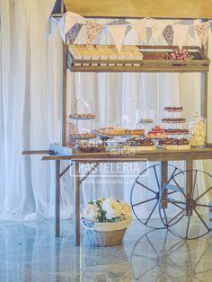 Mesa de dulces, candy bar, red velvet, mini cupcakes, macarons, tarta, pastel, cake, red, brown, rojo, marron, rosa, pink, boda, wedding, lantern, farol, carro, carrito, vintage,