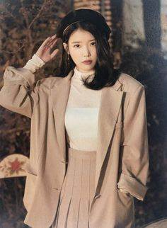 Here's the list of top 10 most successful and beautiful Korean drama actresses who have wonderful screen presence, can sing and dance, are TV and radio hosts or have successful modeling careers! Here you will also find some K-drama recommendations! Korean Star, Korean Girl, Korean Idols, Korean People, Looks Chic, Poses, Korean Celebrities, Looks Vintage, Kpop Fashion