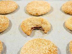 מתכון עוגיות תמרים (בעבע בתמר), עוגיות בעבע עיראקיות מושלמות במילוי תמרים ובציפוי שומשום - אחת העוגיות המושלמות ביחד עם כוס תה עיראקי חם