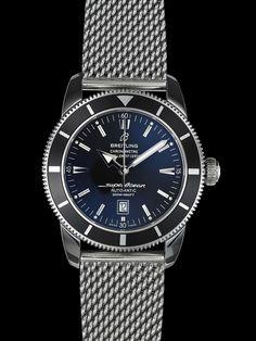 Este reloj de buceo de 46 mm de diámetro es estanco hasta 200 m. Presenta el mismo diseño funcional y elegante que el mítico modelo de los años 50.