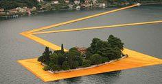 V Taliansku sa dá chodiť po vode. Umelecká inštalácia na jazere Iseo spája ostrovy s pevninou. 3 kilometre dlhé mólo. Plávajúce móla. Christo Javačev