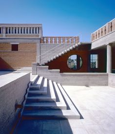 Kyriakos Krokos, 1989                                                                          «Ήθελα ένα χώρο που η κίνηση μέσα σ' αυτόν να δίνει ένα αίσθημα ελευθερίας ανακινώντας τις αισθήσεις και όπου το έκθεμα θα ήταν η έκπληξη μέσα στην κίνηση. Ήθελα ν' αποφύγω τον καταναγκασμό του μουσείου που επιβάλλει να δεις ένα σωρό έργα στη σειρά, γιατί θυμόμαστε το σκίρτημα απ' το εσωτερικό ενός ξωκλησιού αλλά ξεχνάμε συνήθως τα έργα που βλέπουμε στα μουσεία.»   Κυριάκος Κρόκος, 1989