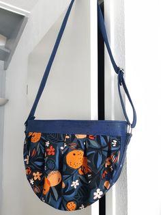 Sac Cancan en liège luxe marine et imprimé fleuri cousu par Amélie - Patron Sacôtin