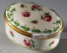 Foto stock : Snuffbox decorated with roses, ca 1750, porcelain, Ginori manufacture, Doccia, Sesto Fiorentino, Tuscany. Italy, 18th century.