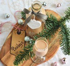 Beindult a karácsonyi készülődés, ilyenkor előtérbe kerülnek a saját készítésű ajándékok is. Családtagoknak, kollégáknak, barátoknak jó választás lehet az ír krémlikőr általunk készített változata, csinos kis üvegekbe csomagolva. Pár perc alatt elkészül! Christmas Wreaths, Xmas, Christmas Ornaments, Table Decorations, Holiday Decor, Creative, Blog, Home Decor, Kitchen