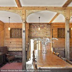 Esstisch und -stühle aus Holz, Holzbalken und Holzpaneelen als Wandverkleidung sind im Shabby Chic gehalten und verbreiten so einen natürlichen Look. - mehr auf roomido.com