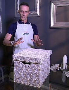 Marcelo Darghan ensina a fazer uma bela caixa com renda (Foto: TV Globo) Diy Storage Boxes, Desk Organization Diy, Craft Room Storage, Diy Desk, Cardboard Box Diy, Cardboard Organizer, Fabric Covered Boxes, Small Space Interior Design, Disney Home Decor
