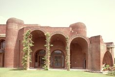 satish gujral architect / belgium embassy complex, new delhi Arch Building, Concrete Building, New Delhi, Delhi India, Brick Architecture, Tadelakt, Concrete Structure, Brick Facade, Brick And Stone