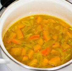 Овощи нарезать соломкой, картофель и тыкву — брусочками, помидоры — кружочками.