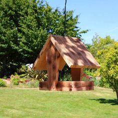 Mangeoire plateau pour oiseaux. Cette mangeoire à oiseaux flambée avec un toit en forme de petite maison peut accueillir une multitude d'espèces de petits oiseaux. Cette mangeoire est une mangeoire de type plateau couverte.