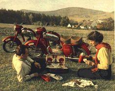 Zdjęcie reklamowe Jawa Old Motorcycles, Car Posters, Classic Bikes, Royal Enfield, Motocross, Motorbikes, Vintage Posters, Techno, Painting