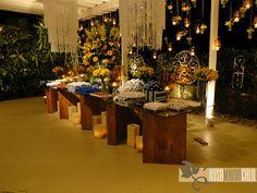 lustres de cristal, cascata de flores amarelas, velas de vidro âmbar
