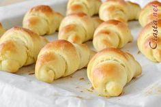 przepis na rogaliki drożdżowe Polish Recipes, Bagel, Muffins, Food Porn, Food And Drink, Sweets, Cookies, Baking, Brot