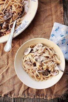 Фото к рецепту: Лингвини с грибами, луком-пореем и беконом