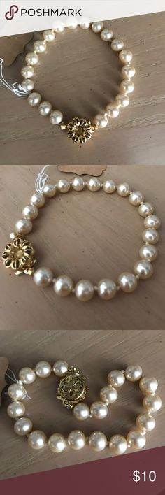 Nwot pearl bracelet with a breathtaking clasp Absolutely beautiful pearl bracelet with a gorgeous clasp it almost looks like a vintage antique flower design, absolutely beautiful Macy's Jewelry Bracelets