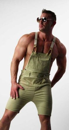 Shop mens beige cotton overall shorts. Stylish tan low crotch overall shorts with elastic suspenders. Mens beige cotton overall shorts Waiquiri menswear. Mode Man, Herren Outfit, Hommes Sexy, Urban Outfits, Mens Clothing Styles, Overall Shorts, Men's Fashion, Fashion Ideas, Muscle