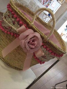 CLUB DE LAS AMIGAS DE LAS MANUALIDADES (pág. 920)   Aprender manualidades es facilisimo.com Diy Straw, Straw Bag, My Bags, Purses And Bags, Straw Handbags, Creation Couture, Basket Bag, Crochet Handbags, Denim Bag