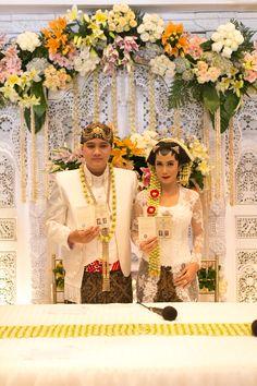 Pernikahan adat jawa kental di kota semarang adat panggih wedding ceremony in javanese tradition akad nikah dengan adat jawa kebaya tenun junglespirit Images