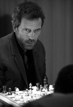House concentré au jeu d'échecs .... Ou s'amuse -t-il a faire peur à son patient ? Mystère !