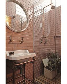 """Canos de cobre. Amo!! Casa e Jardim (@casaejardim) no Instagram: """"No apartamento da diretora de arte Fabiana Zanin as paredes foram cobertas com o revestimento…"""""""