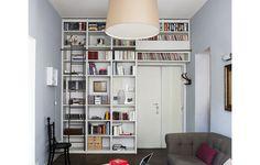 La libreria a ponte separa l\'ingresso dal living e crea anche la ...