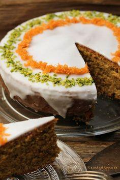 Die Rüeblitorte / der Karottenkuchen kommt ursprünglich aus der Schweiz. Diese Schweizer Kuchenspezialität schmeckt auch am nächsten Tag noch schön saftig, frisch.