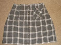 Flannel Shirt to Great Warm Skirt: Here is how to take a warm flannel shirt and make it into a great skirt. This is a great way to up-cycle a warm shirt. Flannel Shirt Outfit, Flannel Skirt, Flannel Outfits, Shirt To Skirt, Grunge Outfits, Girl Outfits, Diy Camisa, How To Make Skirt, Diy Home