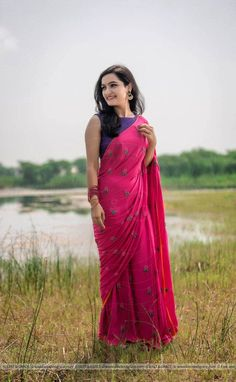 Featuring the Pinkberry modal cotton saree with large flower blooms hand-embroidered with pink pearls and dark green ribbonwork leaves. It comes with a purple unstitched cotton blouse material and an unstitched matching pink cotton petticoat fabric. Indian Beauty Saree, Indian Sarees, Ethnic Sarees, Saree Poses, Blue Saree, Pink Saree Blouse, Cotton Saree Blouse Designs, Green Saree, Plain Saree