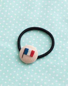 羊毛フェルトでモチーフをつけた、くるみボタンをヘアゴムに。/羊毛フェルトのマスコット&雑貨(「はんど&はあと」2013年5月号)
