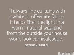 """""""Ik voer gordijnen altijd met witte of crème kleurige voering. Dit filtert het licht op een warme natuurlijke manier en je huis ziet er van buiten niet carnavalesk uit."""" - Stephen Shubel # interiorquotes Eventuele verkleuring van de voering door zonlicht is dan ook nauwelijks zichtbaar. - Maud Eurlings ;)"""