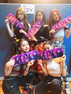 itzy, kpop, and lia resmi Kpop Girl Groups, Korean Girl Groups, Kpop Girls, K Pop, Programa Musical, Sana Momo, Love You Babe, Fandom, E Dawn
