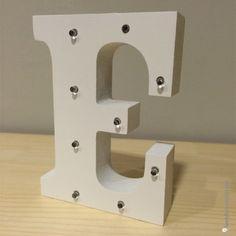 Letra E de madera luminosa. Además de decorar, proyectan una luz suave y acogedora.