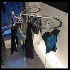 Suspendre ses cintres sur des roues de vélo de récup'