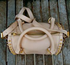 Bolsa de couro estampa animal print nas laterais vista de cima. Mab Store - www.mabstore.com.br.